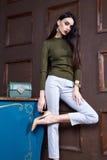 Il cashmere di verde di usura della donna di affari tricotta il cotone del maglione Immagini Stock