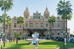 Il casinò famoso Monte Carlo con la scultura dello specchio di Anish Kapoor fotografie stock