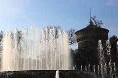Il castello antico ha chiamato Castello Sforzesco con la fontana Immagini Stock