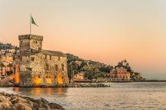 Il castello antico sul mare al tramonto, Rapallo, Genoa Genova, Italia immagine stock libera da diritti