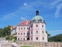 Il castello barrocco Becov ed il reliquario della st Maurus immagini stock