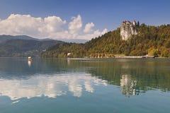 Il castello Bled ha riflesso in lago sanguinato, Slovenia Fotografie Stock