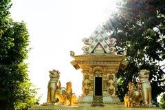 Il castello con una statua del leone ha circondato immagine stock