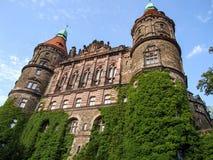 Il castello del ¼ di KsiÄ… Å situato nel brzych del 'di WaÅ in Polonia immagini stock