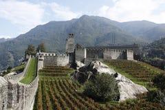 Il castello di Castelgrande a Bellinzona ha impostato in alpi Immagine Stock