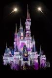 Il castello di Cenerentola del mondo di Disney con i fuochi d'artificio Fotografia Stock