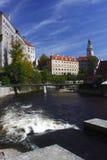 Il castello di Cesky Krumlov ha impostato lungo il fiume Moldau Immagine Stock