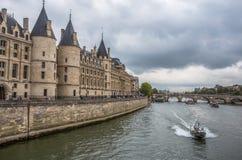 Il castello di Conciergerie dal fiume la Senna a Parigi, Francia fotografia stock libera da diritti
