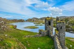 Il castello di Dunlough, rovine in tre castelli si dirige, nella penisola di mezzana fotografia stock libera da diritti