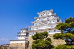 Il castello di Himeji durante il tempo del fiore di sakura sta andando fiorire nella prefettura di Hyogo, Giappone fotografia stock libera da diritti