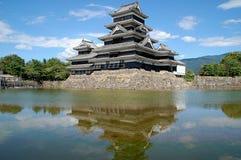 Il castello di Matsumoto ha riflesso nell'acqua del fossato, Giappone Fotografie Stock Libere da Diritti