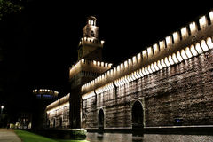 Il castello di Milano all'entrata principale della torre di notte Immagini Stock Libere da Diritti