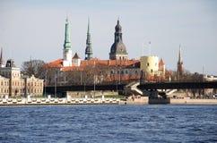Il castello di Riga contro i punti delle cattedrali Immagini Stock Libere da Diritti
