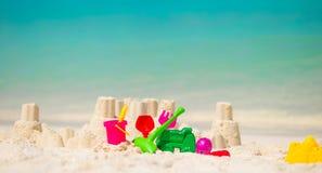 Il castello di sabbia alla spiaggia bianca con plastica scherza i giocattoli Fotografia Stock Libera da Diritti