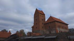 Il castello di Trakai sui laghi è visitato dalle centinaia di migliaia di turisti ogni anno archivi video