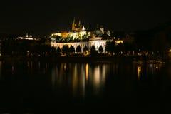 Il castello e la st Vitus Cathedral di Praga alla notte Fotografie Stock