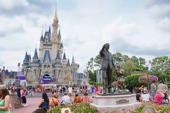Il castello e la statua di Disney Immagini Stock