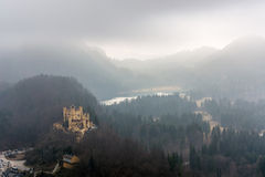 Il castello Hohenschwangau ed il lago Alpsee un giorno nebbioso Fotografia Stock