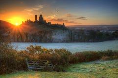 Il castello rovina l'alba dell'inverno. Fotografia Stock
