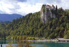 Il castello sanguinato costruito sopra un lago di trascuratezza della scogliera ha sanguinato, locat Immagini Stock Libere da Diritti