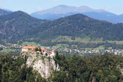 Il castello sanguinato si è appollaiato sulla scogliera, Gorenjska, Slovenia Immagine Stock Libera da Diritti