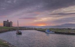 Il castello scozzese & le barche del wo hanno legato al molo Immagini Stock Libere da Diritti