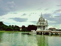 Il castello tailandese sta costruendo sullo stagno Fotografie Stock Libere da Diritti