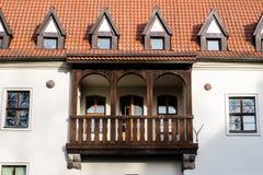 Il castello teutonico ed il mattone rosso si elevano nel parco nella stagione di autunno Un'alta torre con un tetto pendente del  Fotografia Stock
