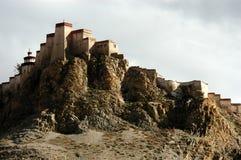 Il castello tibetano su una montagna Fotografia Stock
