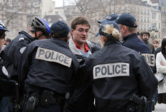 Il cattolico ardente ottiene arrestato a Parigi fotografia stock libera da diritti