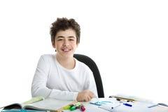 Il Caucasian bello liscio-ha pelato il ragazzo che sorride con il riposo del gomito Fotografia Stock Libera da Diritti