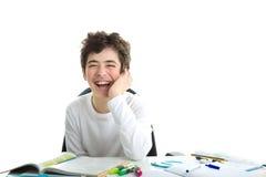 Il Caucasian felice liscio-ha pelato il ragazzo tiene il mento che riposa il suo gomito Immagini Stock