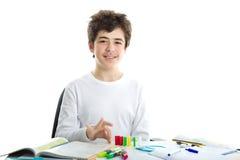 Il Caucasian liscio-ha pelato il ragazzo che gioca con i domino su compito Fotografia Stock