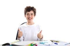 Il Caucasian liscio-ha pelato il ragazzo che mostra i pollici di successo su sul homewo Fotografie Stock