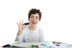 Il Caucasian liscio-ha pelato il ragazzo che mostra l'APPROVAZIONE di successo su compito Fotografie Stock