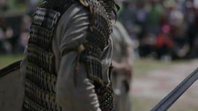 Il cavaliere alza la spada dalla terra e va archivi video