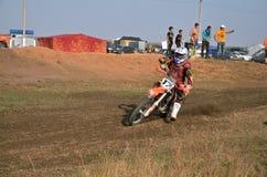 Il cavaliere di МХ sul motociclo sta accelerando immagini stock