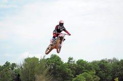 Il cavaliere di motocross fa un addestramento di salto in alto a Kemaman, Terengganu, pista di motocross della Malesia Immagine Stock