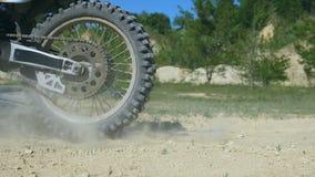 Il cavaliere di motocross supera la barriera di vecchia gomma Le ruote di enduro superano l'ostacolo Chiuda su movimento lento video d archivio