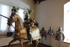 Il cavaliere Jousting in armatura e nei suoi uomini immagine stock