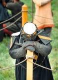 Il cavaliere sconfigguto ha piegato la sua testa dopo la battaglia Il cavaliere stanco sta con una testa languida fotografia stock