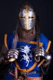 Il cavaliere sta tenendo due spade Fotografie Stock