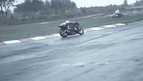 Il cavaliere su un motocycle prende il giro brusco video d archivio