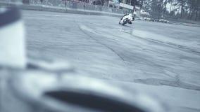 Il cavaliere su una bici bianca di moto viene al giro brusco archivi video