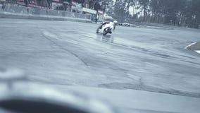 Il cavaliere su una bici bianca di moto viene nel movimento lento di giro brusco stock footage