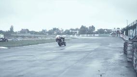 Il cavaliere su una bici nera prende il giro brusco archivi video