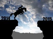 Il cavaliere sul cavallo che salta nel nuovo anno 2015 Immagini Stock