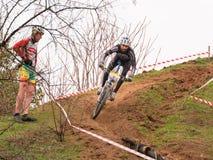Il cavaliere XC sta muovendosi giù dalla collina Fotografia Stock