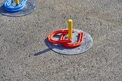 Il cavallo calza il gioco nell'asfalto fotografie stock libere da diritti