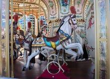 Il cavallo di carnevale su allegro va carosello del giro Fotografia Stock